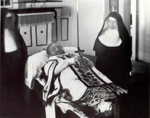 Mother Marianne Cope at Damien's side at his funeral