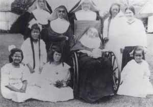 Mother Marianne Cope with sisters and patients 1918